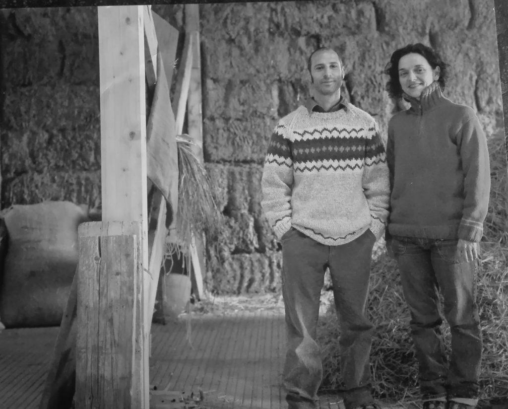 Assunta ed Ivan, autocostruttori, proprietari ed abitanti della Casa di paglia